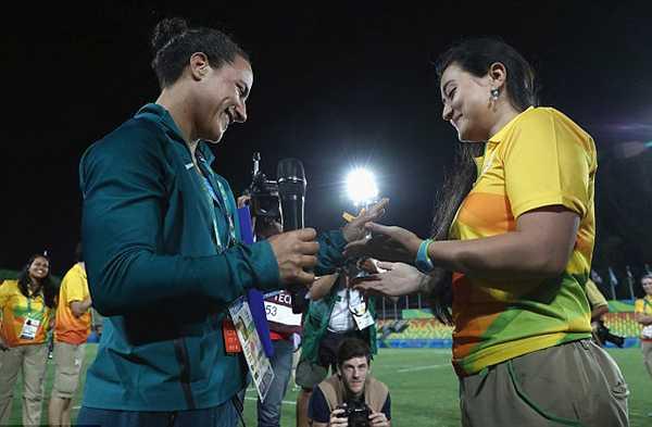 Isadora Cerullo (trái) là thành viên của đội tuyển rugby nữBrazil, xếp hạng 9 tại Olympic Rio. Sau khi theo dõi trận chung kết giữa Australia và New Zealand,Isadora bất ngờ nhận được lời cầu hôn từ bạn gáiMarjorie Enya - một người quản lý ở sân vận động.