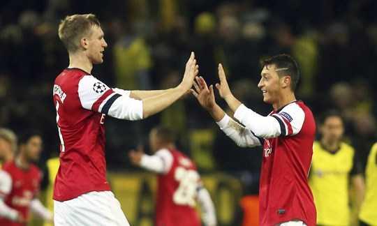 Nhiều cầu thủ được Wenger mang về ở cuối kỳ chuyền nhượng chơi tốt tại Arsenal như Mertesacker (trái) hay Oezil