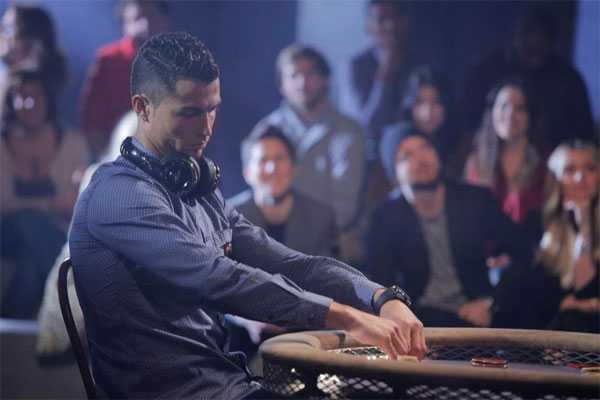 C. Ronaldo trầm tư cho cuộc đấu trí với đối thủ. Poker đòi hỏi sự tỉnh táo, liều lĩnh, nhạy cảmvà may mắn.