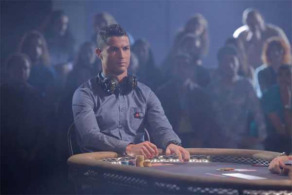 Tiền đạo Bồ Đào Nha vừa giành chức vô địch Euro và danh hiệu cầu thủ hay nhất châu Âu. Trên bàn poker, C. Ronaldo cũng có cuộc đấu căng thẳng với Aaron Paul.