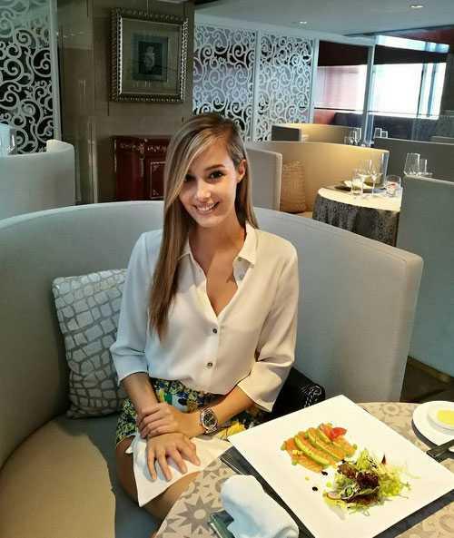 Vẻ đẹp dịu dàng, thanh khiết của Viktoria trong những bộ đồ đời thường.