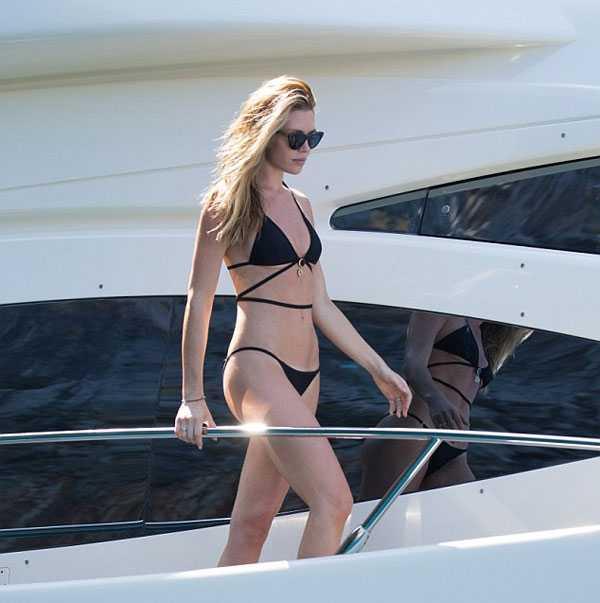 Abbey Clancy là nàng WAGs nổi tiếng ở Ngoại hạng Anh với thân hình chuẩn, càng nổi bật với bộ bikini màu đen.