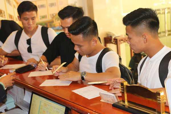 Ngày 24/9, tuyển Việt Nam tập trung chuẩn bị cho chiến dịch AFF Cup 2016. Các cầu thủ tới khách sạn ở quận Tân Bình trong buổi chiều và tối nhận phòng. Những tuyển thủ khoác áo Hà Nội T&T, Than Quảng Ninh hay Công Phượng, Tuấn Anh, Xuân Trường được ph