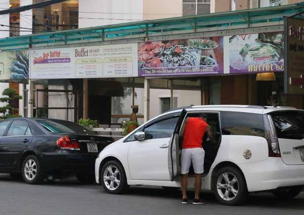 CV9 đánh lái xế hộp 7 chỗ 'bình dân' hơn đến đỗ ở cửa khách sạn. Công Vinh là cầu thủ có mức thu nhập cao hàng đầu Việt Nam hiện nay. Bản thân anh cũngtích lũy được nhiều sau balần chuyển nhượng. Biệt thự, xe hơi không còn phải là điều quá xa lạ với tiề