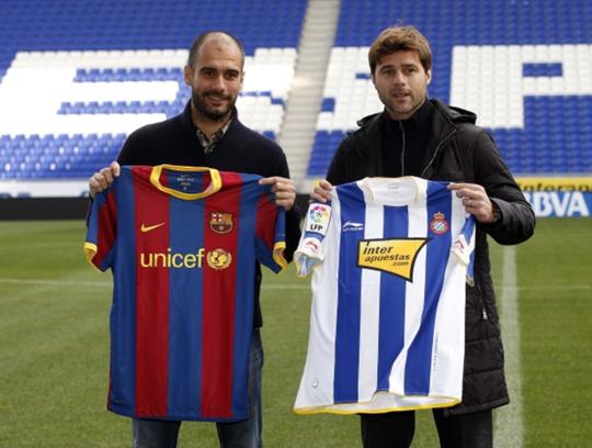 Làm HLV đội 1 gần như cùng thời điểm với nhau, Pochettino (phải) từng cùng Espanyol khiến Barca của Pep gặp không ít khó khăn