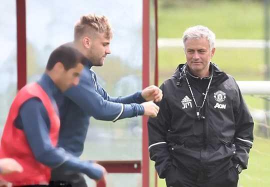 Để Shaw có thể vươn tầm, HLV Mourinho (phải) cần có sự quan tâm sát sao và động viên kịp thời