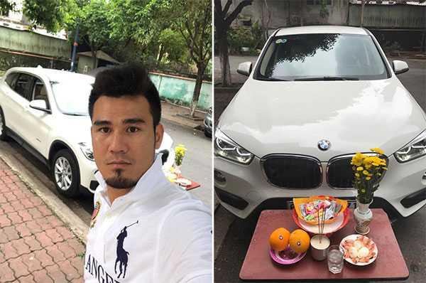 Phan Thanh Bình làm lễ cúng cầu may khi mua xe mới. Ảnh: FB.