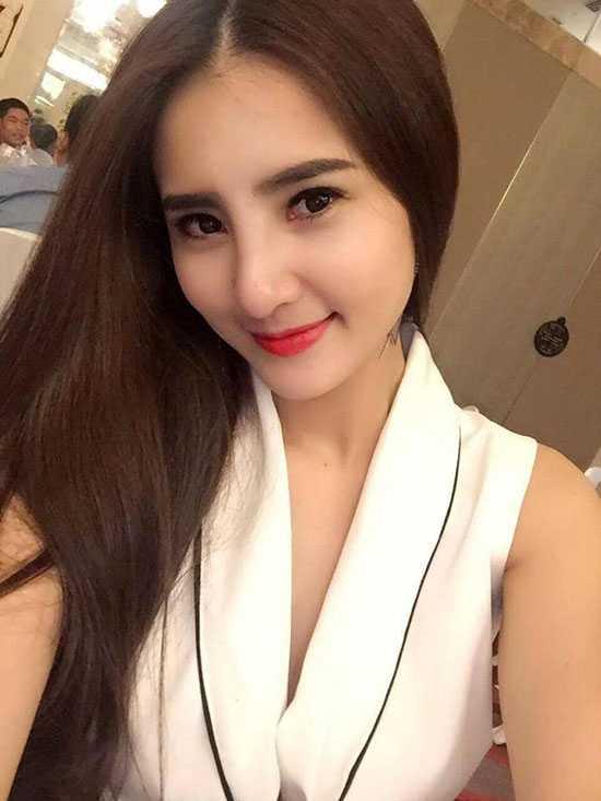 Thời gian gần đây, Khánh Chi liên tục gây chú ý trên trang cá nhân bằng những hình ảnh selfie khoe diện mạoxinh xắn, quyến rũ. Nhiều người dễ dàngnhận ra mũi của em gái tiền đạo Công Vinh khác hẳnso với trước kia.