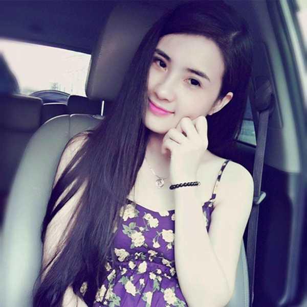Khánh Chi từng là hot girl của trườngĐại học Văn hóa.Người đẹp xứ Nghệ tham gia đóng phim, thành lập nhóm nhạc nhưng không đạt được thành công như mong đợi.