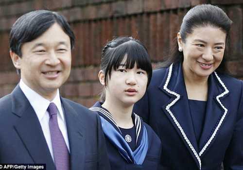 Công chúa Aiko phải nghỉ học một tháng vì áp lực thi cử.