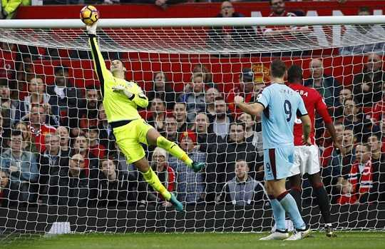 Tom Heaton bay lượn ở Old Trafford