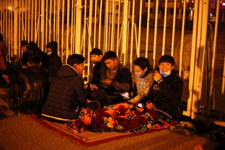Người dân mắc lều, trắng đêm chờ mua vé trận Việt Nam - Indonesia ảnh 4