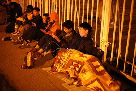Người dân mắc lều, trắng đêm chờ mua vé trận Việt Nam - Indonesia ảnh 5