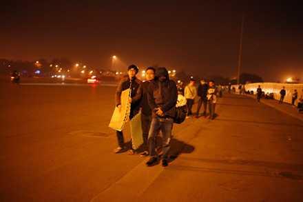 Người dân mắc lều, trắng đêm chờ mua vé trận Việt Nam - Indonesia ảnh 6
