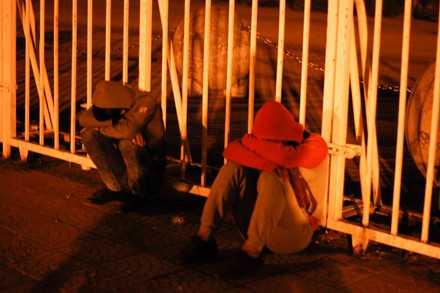 Người dân mắc lều, trắng đêm chờ mua vé trận Việt Nam - Indonesia ảnh 7