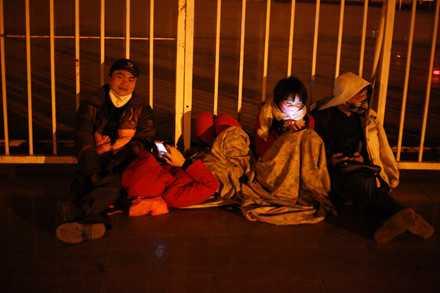 Người dân mắc lều, trắng đêm chờ mua vé trận Việt Nam - Indonesia ảnh 8