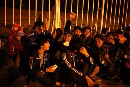 Người dân mắc lều, trắng đêm chờ mua vé trận Việt Nam - Indonesia ảnh 1