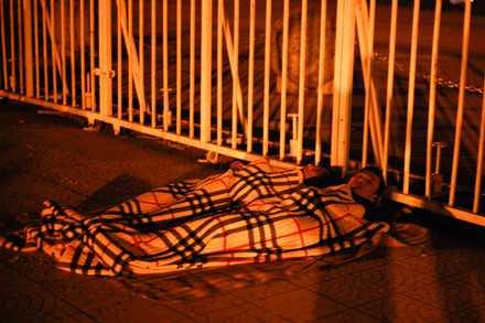 Người dân mắc lều, trắng đêm chờ mua vé trận Việt Nam - Indonesia ảnh 2