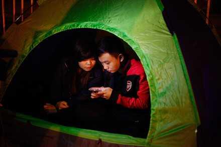 Người dân mắc lều, trắng đêm chờ mua vé trận Việt Nam - Indonesia ảnh 3