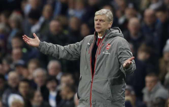 HLV Wenger trong trận Arsenal thua M.C 1-2. Ảnh: REUTERS
