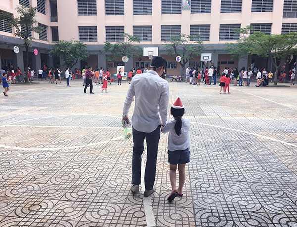 Công Vinh dắt tay con gái vào trường. Ảnh: FB.