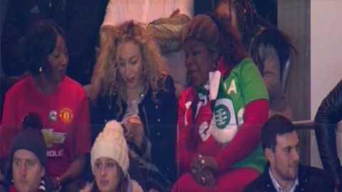 Mẹ Pogba chăm chú xem điện thoại hơn là nhìn 2 cậu con trai thi đấu