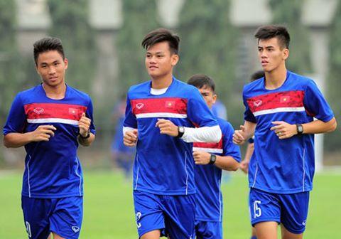 U20 Viet Nam loai 3 cau thu, kem them HLV Huu Thang di Duc hinh anh