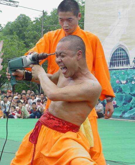 Nhà sư Thiếu Lâm thách thức Từ Hiểu Đông bằng tuyệt kỹ đầy nguy hiểm - Ảnh 1.