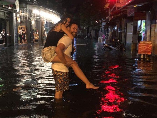 Phố Tây Tạ Hiện ngập kinh hoàng sau mưa lớn, xe máy ngâm nước la liệt! - Ảnh 7.