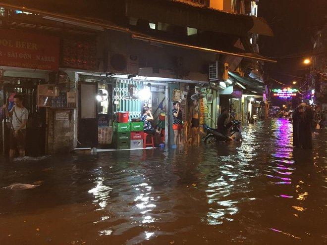 Phố Tây Tạ Hiện ngập kinh hoàng sau mưa lớn, xe máy ngâm nước la liệt! - Ảnh 1.