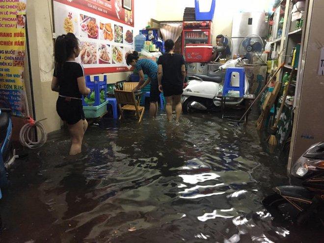 Phố Tây Tạ Hiện ngập kinh hoàng sau mưa lớn, xe máy ngâm nước la liệt! - Ảnh 4.