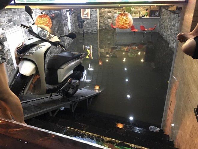 Phố Tây Tạ Hiện ngập kinh hoàng sau mưa lớn, xe máy ngâm nước la liệt! - Ảnh 6.
