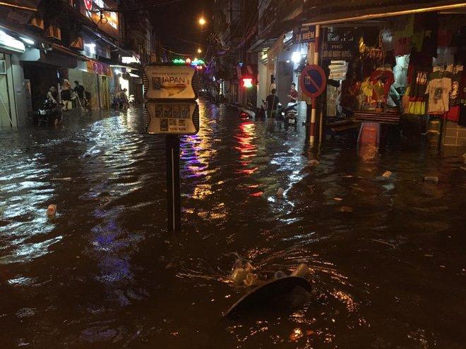 Phố Tây Tạ Hiện ngập kinh hoàng sau mưa lớn, xe máy ngâm nước la liệt! - Ảnh 8.