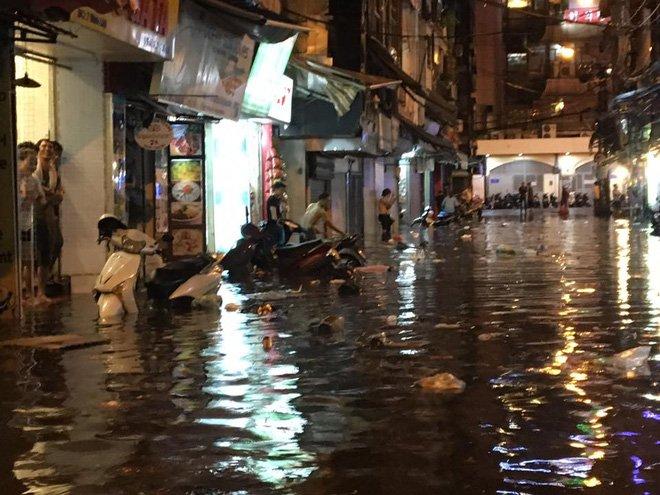 Phố Tây Tạ Hiện ngập kinh hoàng sau mưa lớn, xe máy ngâm nước la liệt! - Ảnh 14.