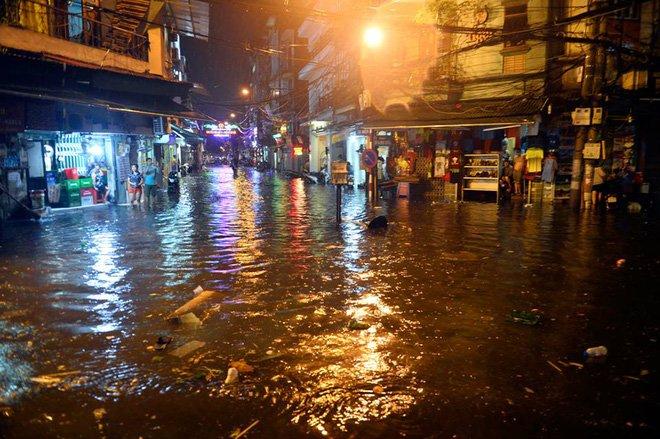 Phố Tây Tạ Hiện ngập kinh hoàng sau mưa lớn, xe máy ngâm nước la liệt! - Ảnh 3.