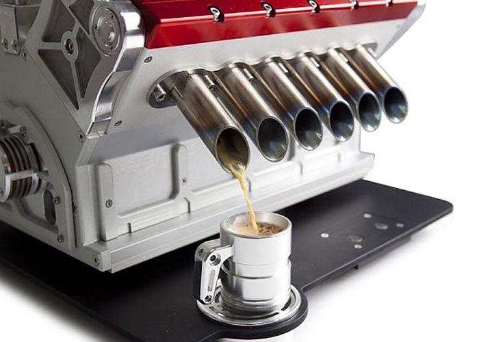 Máy pha cafe đặc biệt này có cấu tạo và vật liệu tương tự động cơ V12 trên xe đua F1. Món quà đặc biệt này nặng tới 23 kg và được bán với giá gần 9.000 bảng Anh, đắt ngang một chiếc xe hơi mới hạng nhỏ.