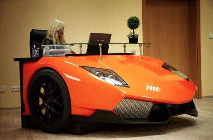 Bàn làm việc kiểu Lamborghini Mucielargo, một món quà độc khác cho các tín đồ mê dòng siêu xe Italia.