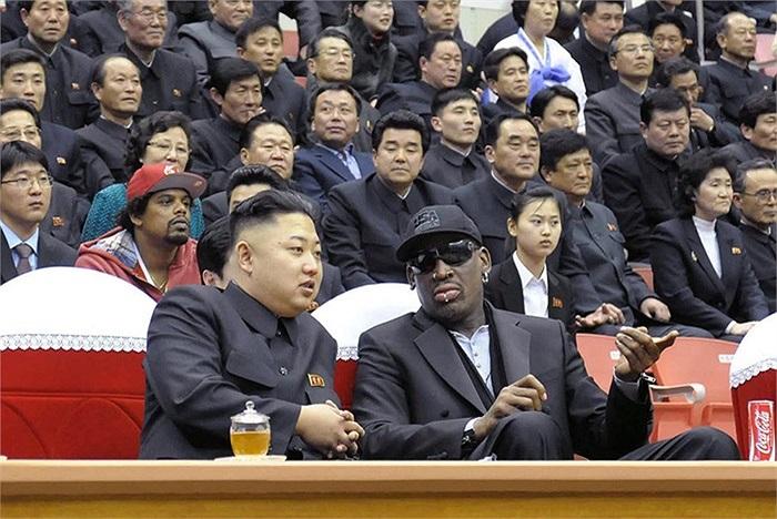 Nhà lãnh đạo Triều Tiên Kim Jong Un (trái) và cựu vận động viên Dennis Rodman xem bóng rổ tại Bình Nhưỡng