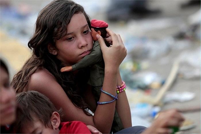Vẻ u buồn của cô bé trong tang lễ cố Tổng thống Venezuela ở Caracas, Venezuela