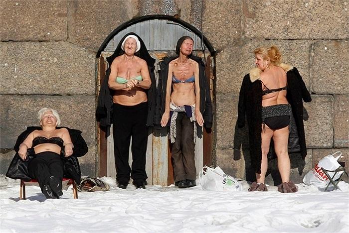 Phụ nữ mặc bikini tắm băng ở Saint Petersburg, Nga