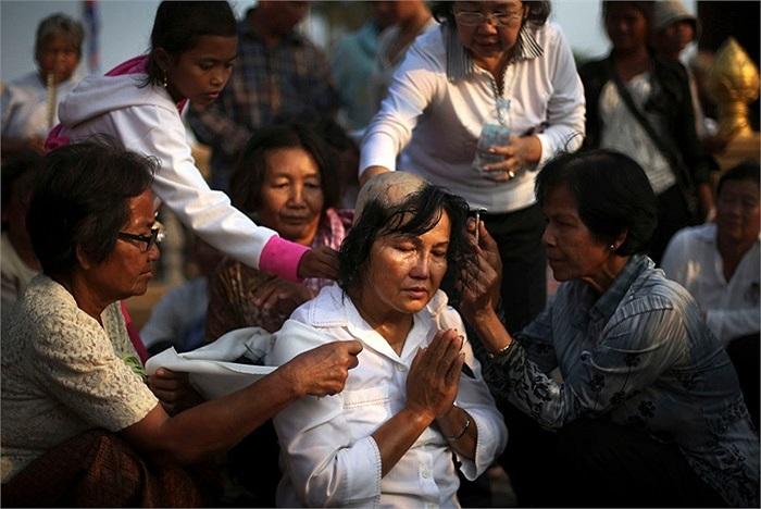 Một người phụ nữ cầu nguyện trong đám tang của đức vua Norodom Sihanouk ở Phnom Penh, Campuchia