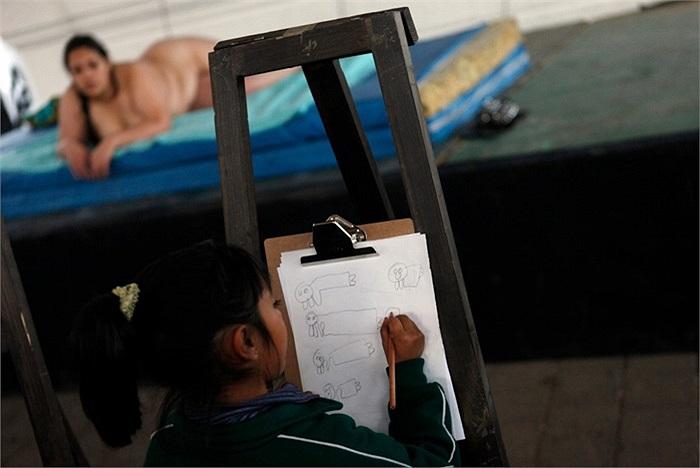 Một bé gái vẽ hình người mẫu khỏa thân ở Mexico