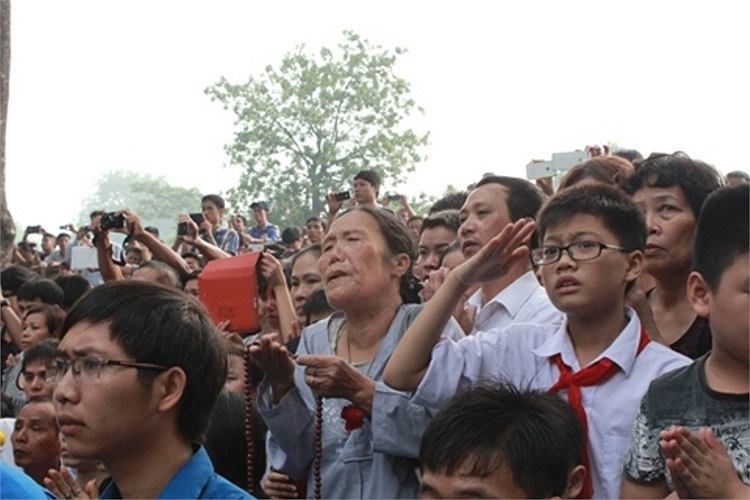 Người dân thủ đô trên đường Hoàng Diệu trước giờ phút tiễn biệt Đại tướng về Quảng Bình