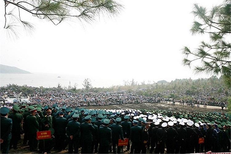 Người dân Vũng Chùa - Đảo Yến trước giờ phút đưa Người về đất mẹ.