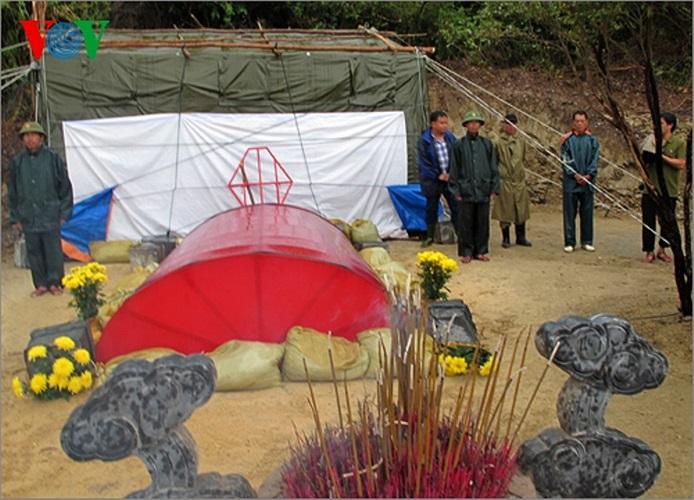 Phó Thủ tướng Hoàng Trung Hải dặn dò Bộ đội Biên phòng Quảng Bình, đơn vị được giao nhiệm vụ bảo vệ mộ thực hiện tốt các biện pháp bảo vệ mộ an toàn. Ảnh: VOV