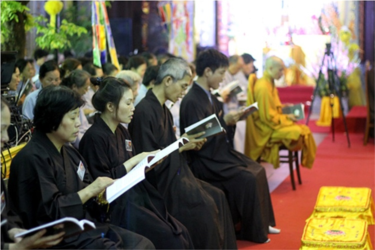 Hơn 1000 tăng ni, Phật tử, cùng người dân xung quanh thủ đô đã tham gia làm lễ từ 7h sáng đến 21h đêm 10/10. Ảnh: VNE