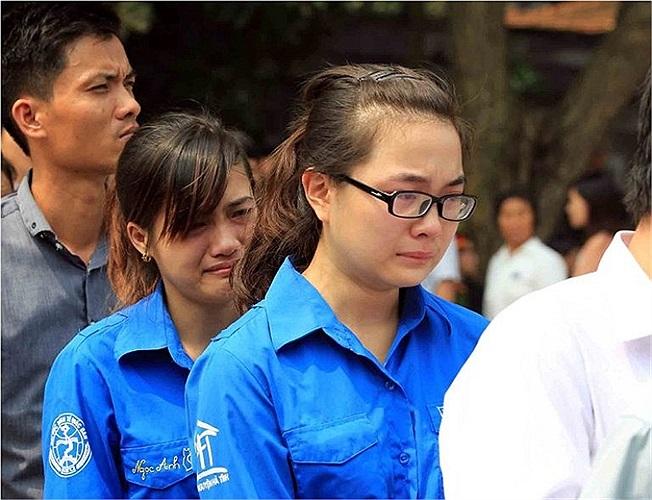 Nhiều sinh viên tình nguyện không kìm nén nổi cảm xúc.