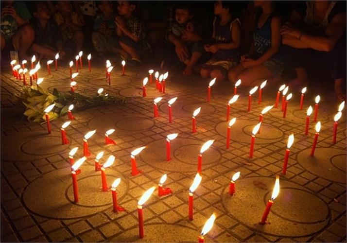 Những ngọn nến được thắp lên bên ngoài ngôi nhà số 30 Hoàng Diệu, Hà Nội để tri ân Người.