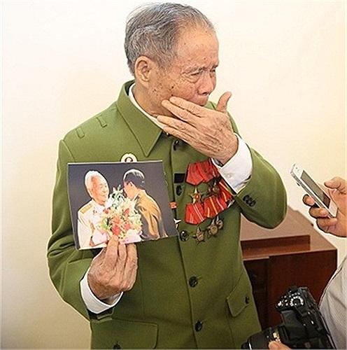 Người lính già mang theo kỷ vật quý giá là tấm ảnh chụp chung Đại tướng đến từ biệt Người. Ảnh: Hiếu Cao