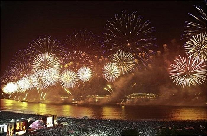 Bãi biển Copacabana ở Rio de Janeiro, Brazil là nơi người ta tổ chức lễ hội Reveillon, một trong những sự kiện chào đón năm mới lớn nhất thế giới.